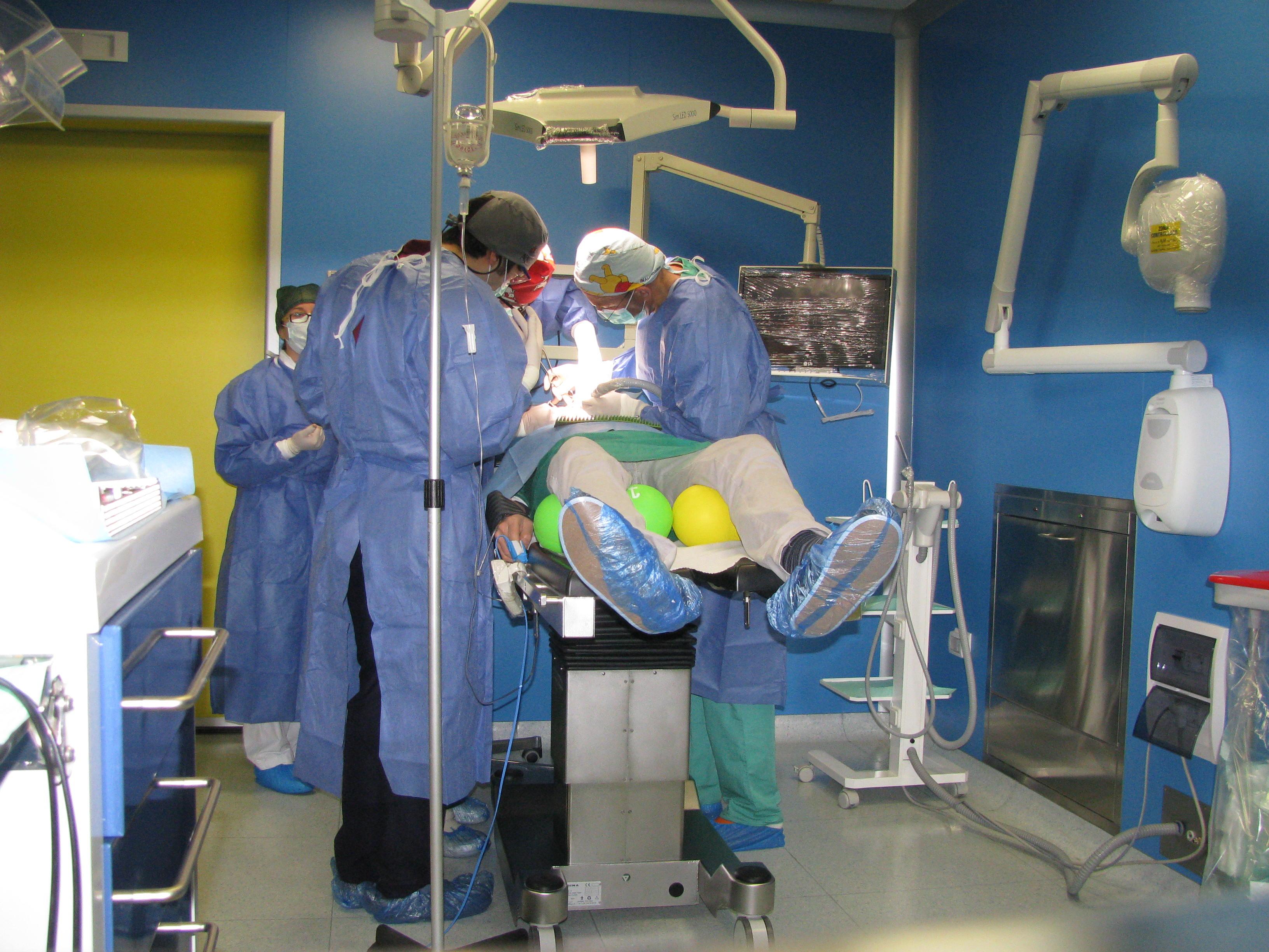 Foto 13 Equipe in sala operatoria